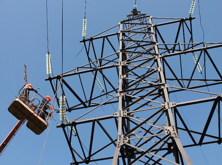 У Луцьку продовжують ремонтувати електромережу