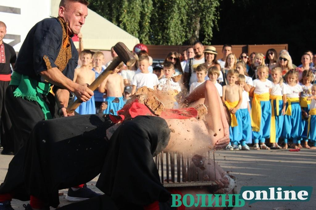 Призи, розбивання цегли на тілі та караоке — у луцькому парку святкують День Незалежності