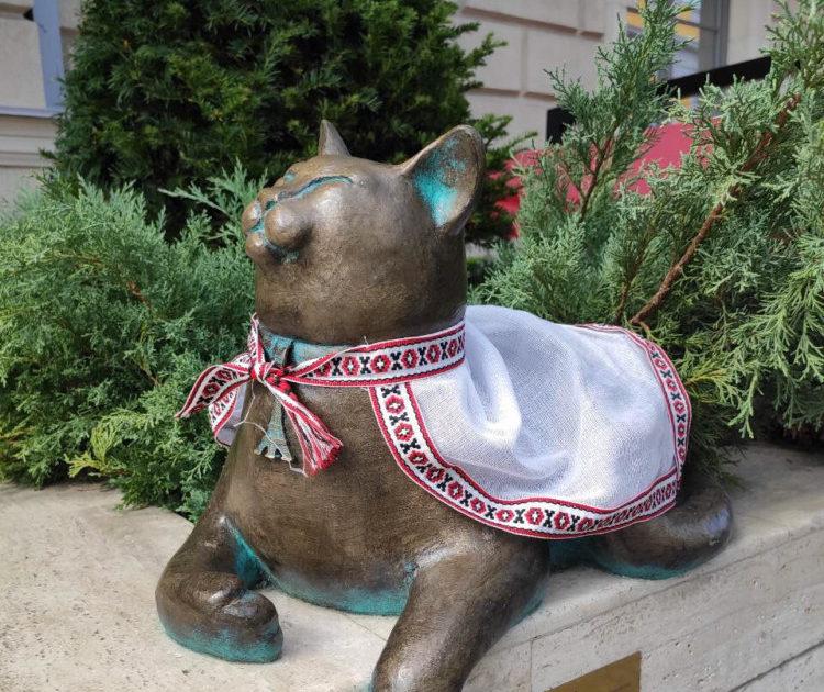 Одесити одягнули у вишиванки скульптури котів. ФОТО