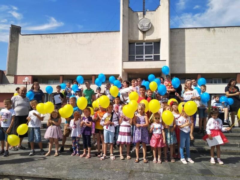 У Луцьку діти взяли участь у патріотичному флешмобі «Ми українці»