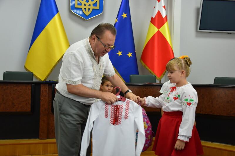 У Луцьку дітям сиротам та дітям, які позбавлені батьківського піклування вручили вишиванки. ФОТО