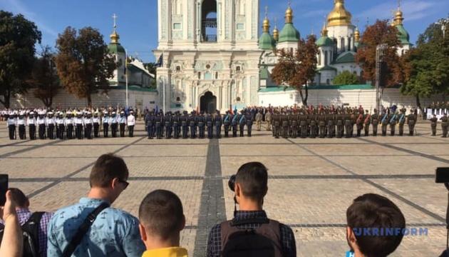На Софійській площі урочисто підняли Державний Прапор. ВІДЕО
