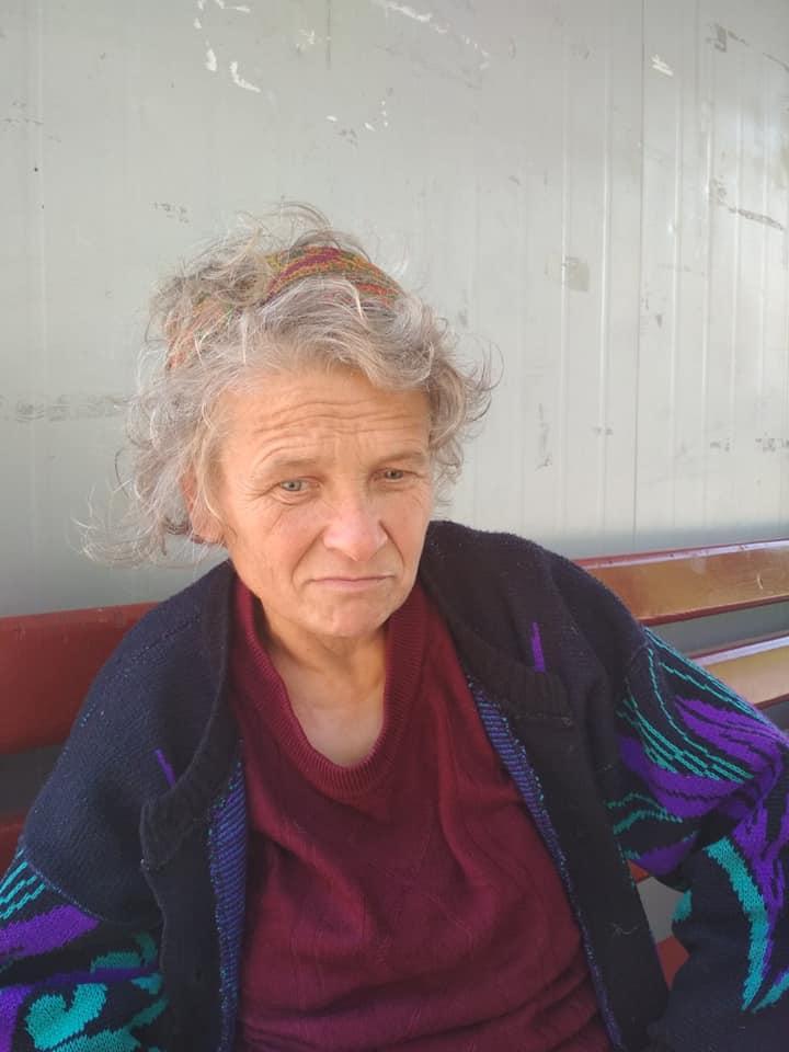 На Волині жінка сидить на зупинці декілька тижнів, бо забула, де живе. ФОТО