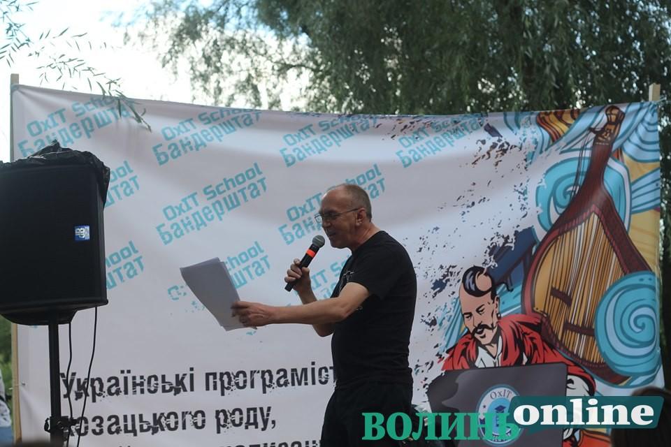 Ірванець на «Бандерштаті» читав вірші про Володимира маленького і ЛГБТ-коломийки