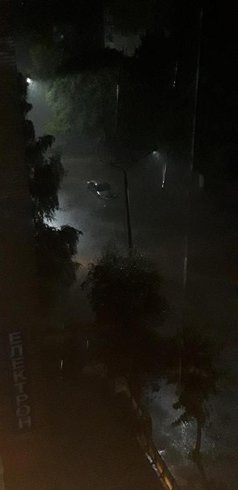 У місті на Волині затопило вулицю. ФОТО