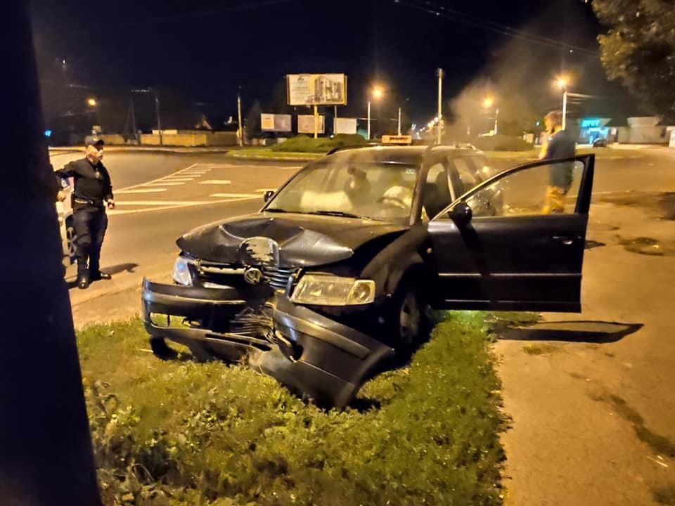 У Луцьку автомобіль протаранив бетонний стовп. ФОТО
