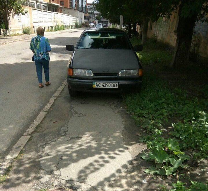 У Луцьку «автохам» паркується на тротуарі