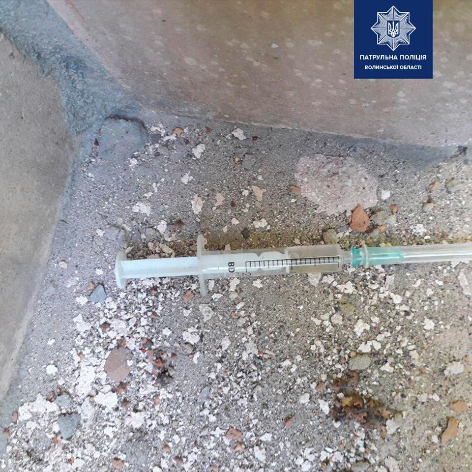 У Луцьку біля лікарні затримали чоловіка у якого виявили шприц із наркотиками