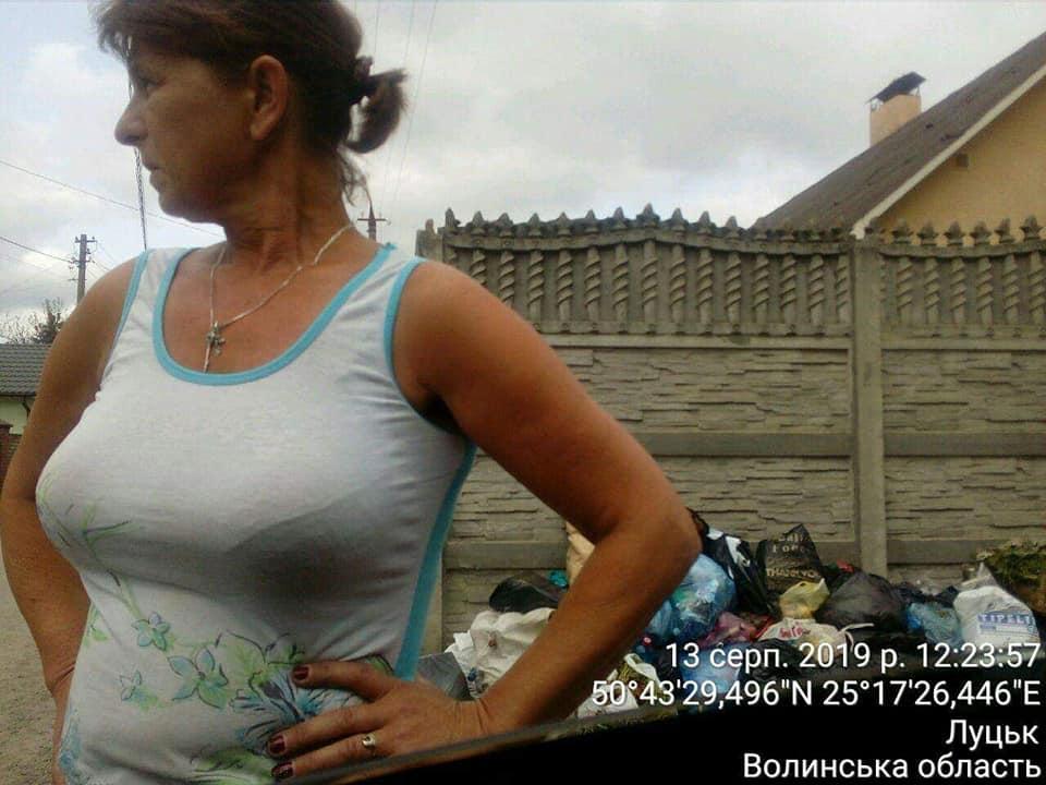 У Луцьку жінка викидала сміття під паркан сусідам