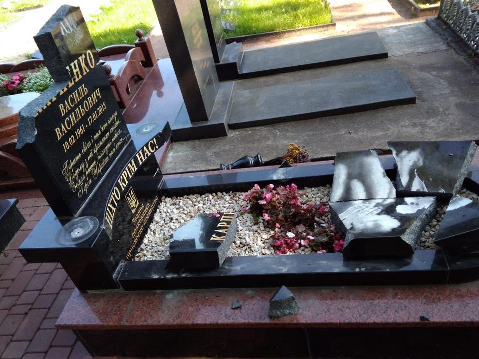 У Новограді-Волинському невідомі розтрощили 15 пам'ятників загиблим воїнам АТО. ФОТО