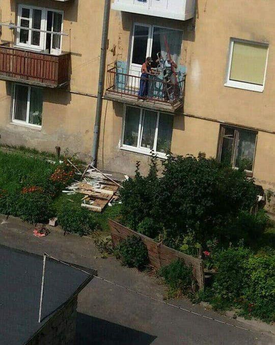 У Луцьку чоловік утворив сміттєзвалище прямо біля будинку. ФОТО
