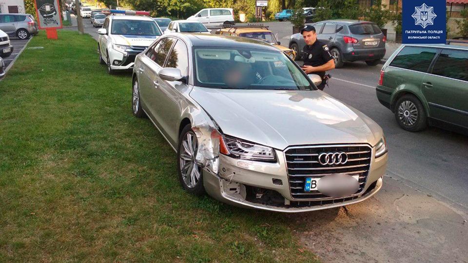 У Луцьку п'яний водій їхав тротуаром