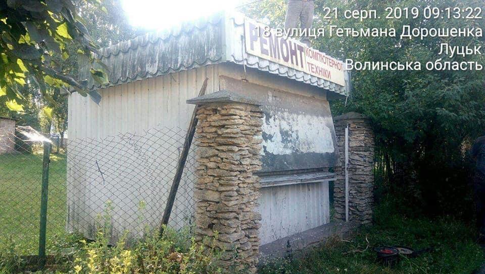 У Луцьку муніципали демонтували металевий гараж та торговий кіоск. ФОТО