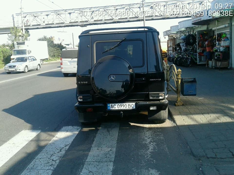 У Луцьку «автохам» припаркувався на пішохідному переході