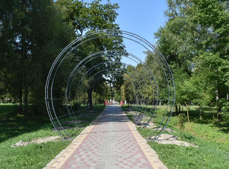 У луцькому парку встановлюють нову інсталяцію
