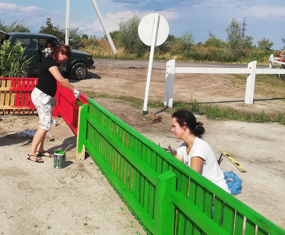 На Волині депутати біля озера облаштовують дитячий майданчик. ФОТО