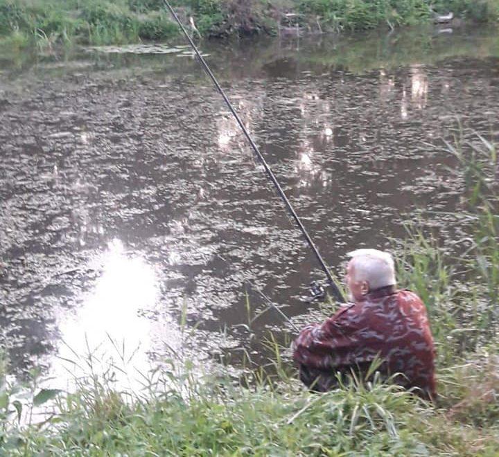 У Центрального парку Луцька виявили чоловіка, який попри заборону ловив рибу. ФОТО