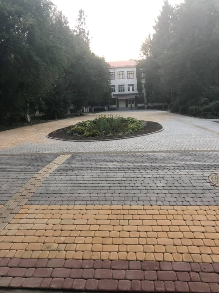 У Луцьку завершили капітальний ремонт пришкільної території