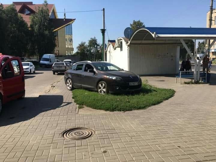 У Луцьку «автохам» припаркувався на тротуарі та зелених насадженнях