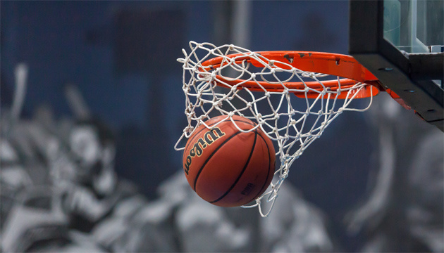 Баскетболісти Луцька позмагаються проти своїх вболівальників