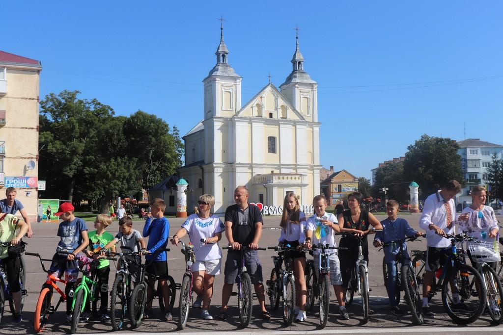 У місті на Волині відбувся велопробіг у вишиванках. ФОТО