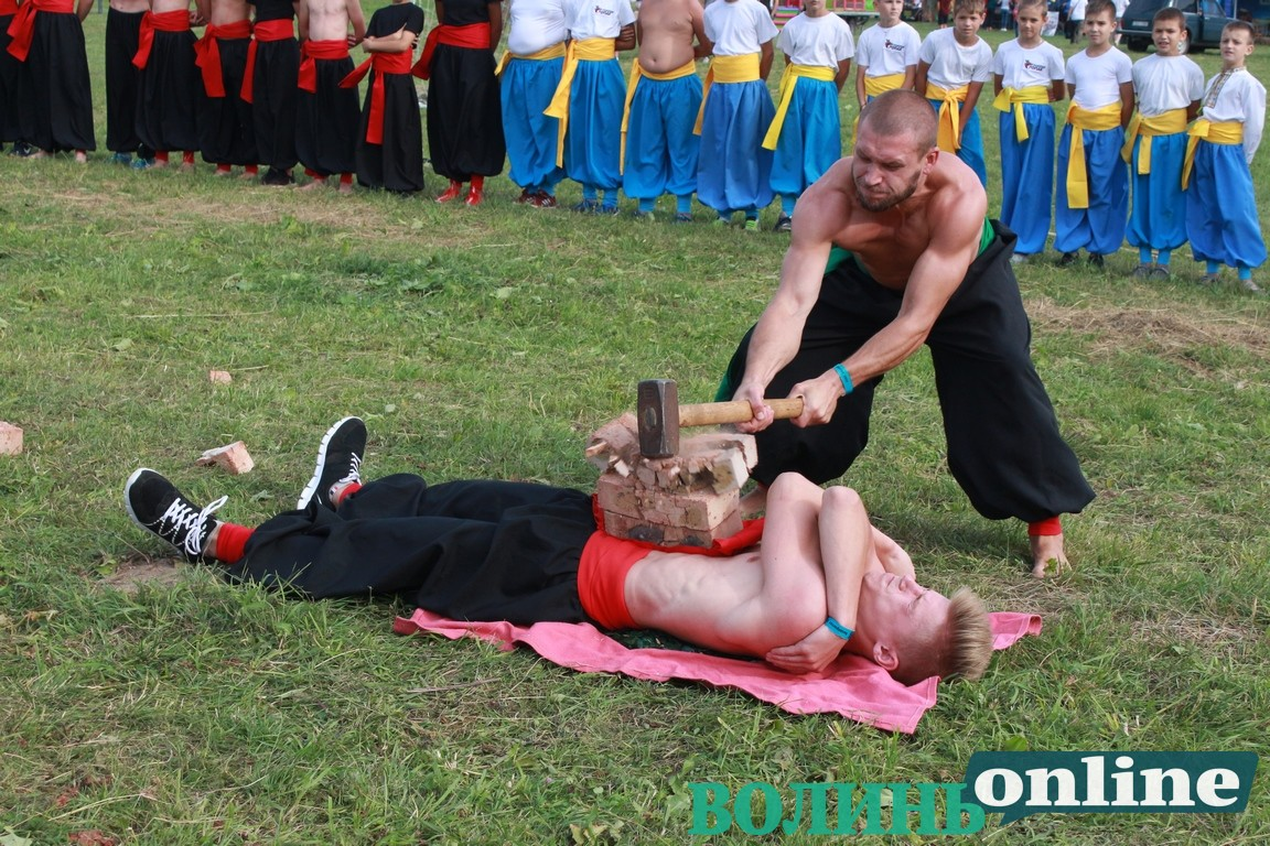 Розбивання цегли на тілі, ходіння на склі та гострі цвяхи — як «Герць» виступав на «Бандерштаті»