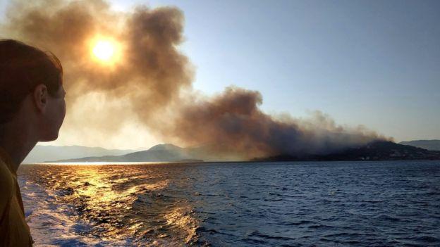 У Греції через потужні лісові пожежі евакуйовують людей