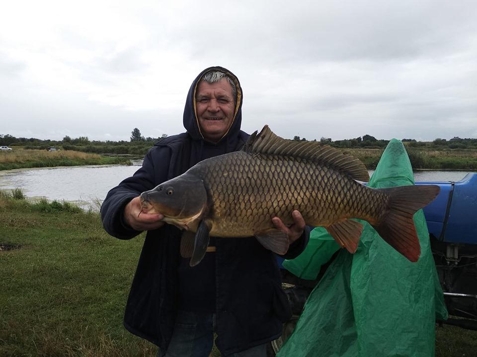 Волинянин спіймав рибу, яка заважила майже на дев'ять кілограмів. ФОТО
