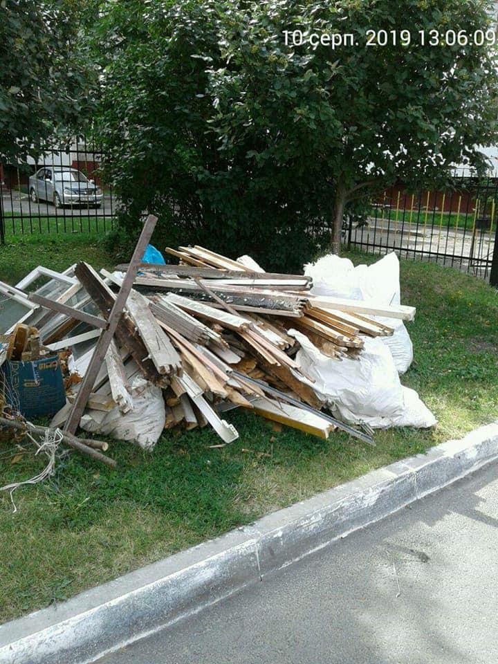 У Луцьку люди після ремонту викинули сміття на території загального користування