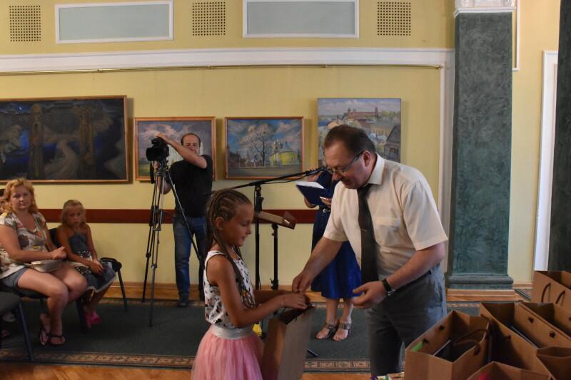 У Луцьку дітям учасників АТО подарували канцелярське приладдя. ФОТО