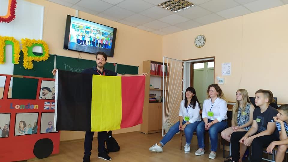 Як лищенські школярі опановують англійську разом з волонтером із Бельгії