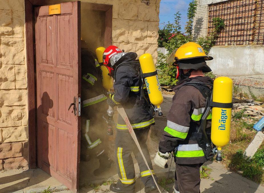 У Луцьку рятувальники випробували у дії новітні дихальні апарати. ФОТО