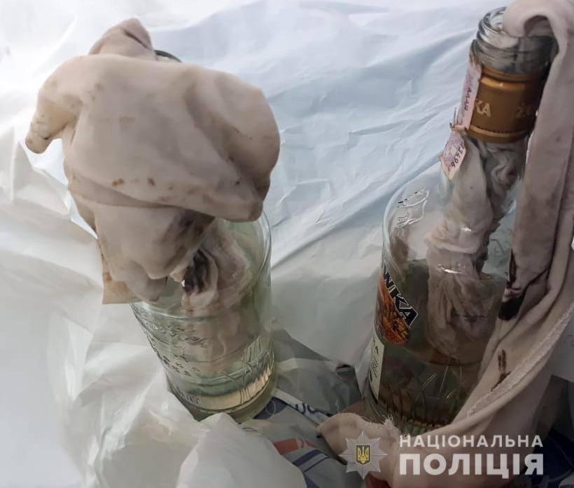 На Волині у двір депутата закинули дві пляшки з невідомою сумішшю