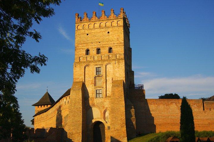 Волинянам показали, як виглядала в'їздна вежа Луцького замку майже 100 років тому. ФОТО