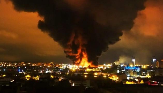 На півночі Франції сталася масштабна пожежа на хімічному заводі. ВІДЕО