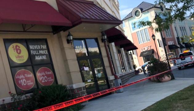У США копи застрелили чоловіка, який зчинив різанину в торговому центрі. ВІДЕО