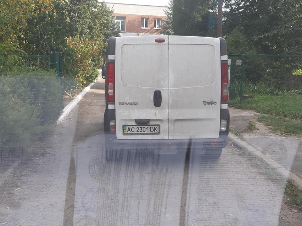 У Луцьку «автохам» припаркувався посеред дороги. ФОТО