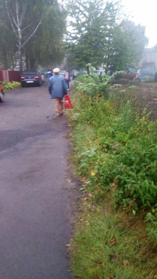 У місті на Волині просять облаштувати тротуар біля школи
