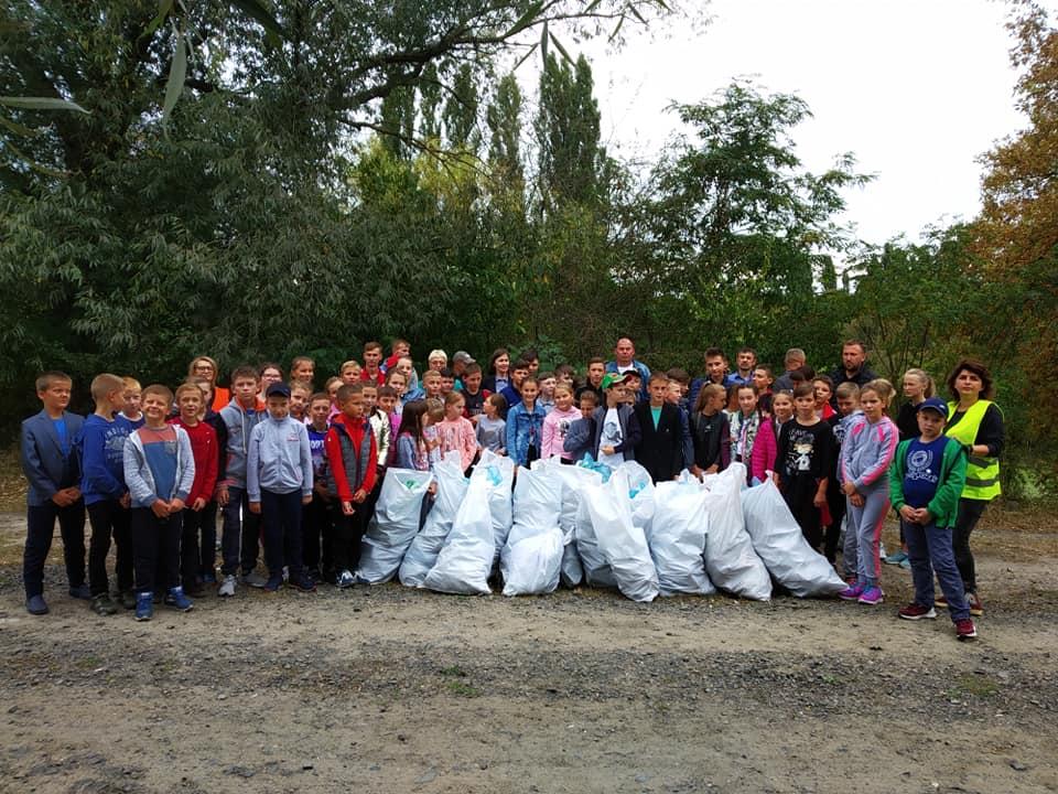 У Луцьку діти зібрали понад двадцять мішків сміття. ФОТО