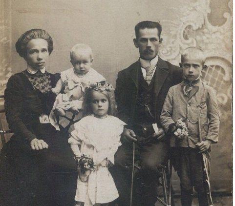 Волинянам показали, як виглядало сімейне фото більше ніж 100 років тому