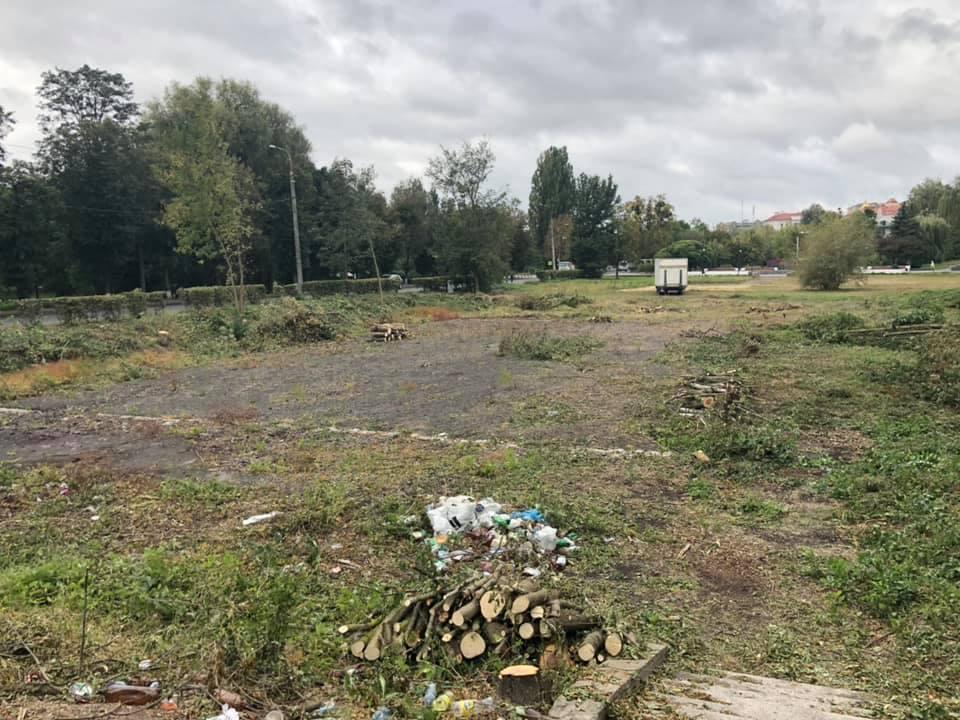 У Луцьку розчищають територію для будівництва баскетбольного майданчика