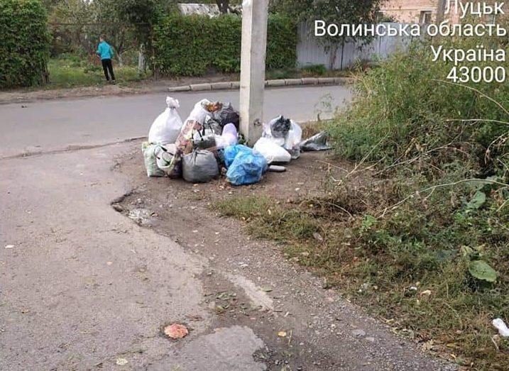 У Луцьку жінка посеред білого дня зносила побутове сміття на ріг будинку. ФОТО