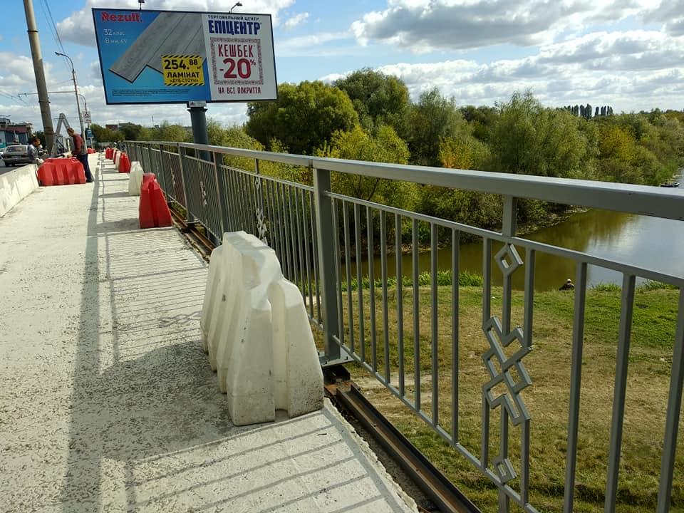 У Луцьку на мості встановили нову огорожу. ФОТО