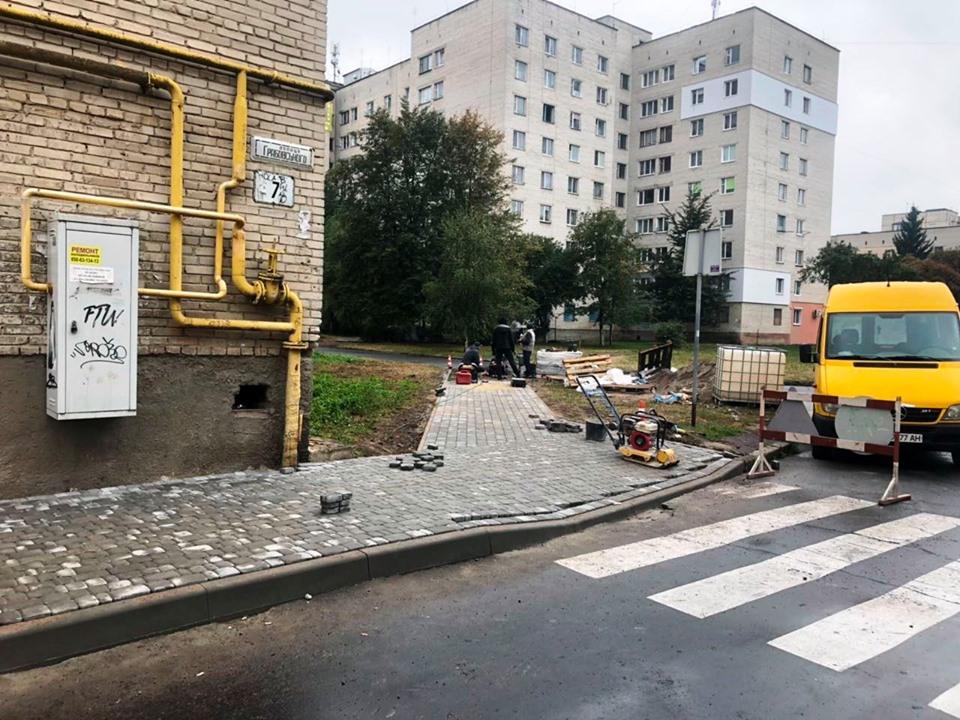 У Луцьку ремонтують пішохідну територію біля одного з будинків. ФОТО