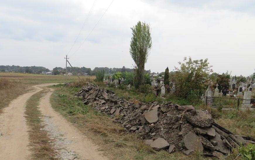 Під Луцьком чоловіки взялися самотужки ремонтувати дорогу біля кладовища. ФОТО