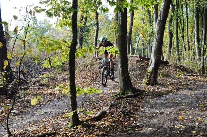 У лісі поблизу Луцька змагалися велосипедисти з усієї України. ФОТО
