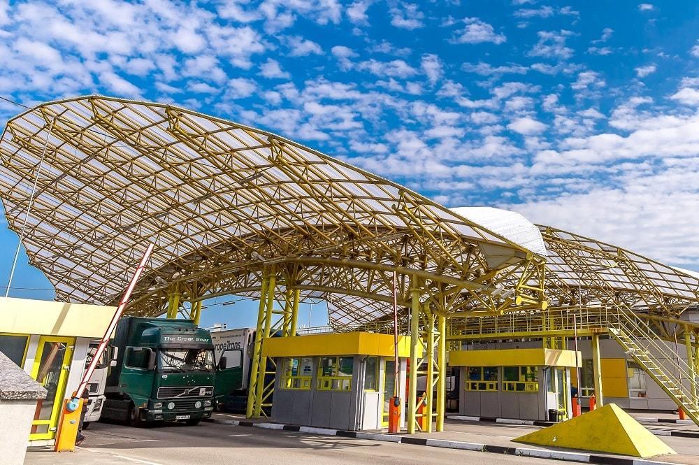 Волинські митники на «Ягодині» викрили шахрая, який намагався втричі занизити вартість транспортного засобу