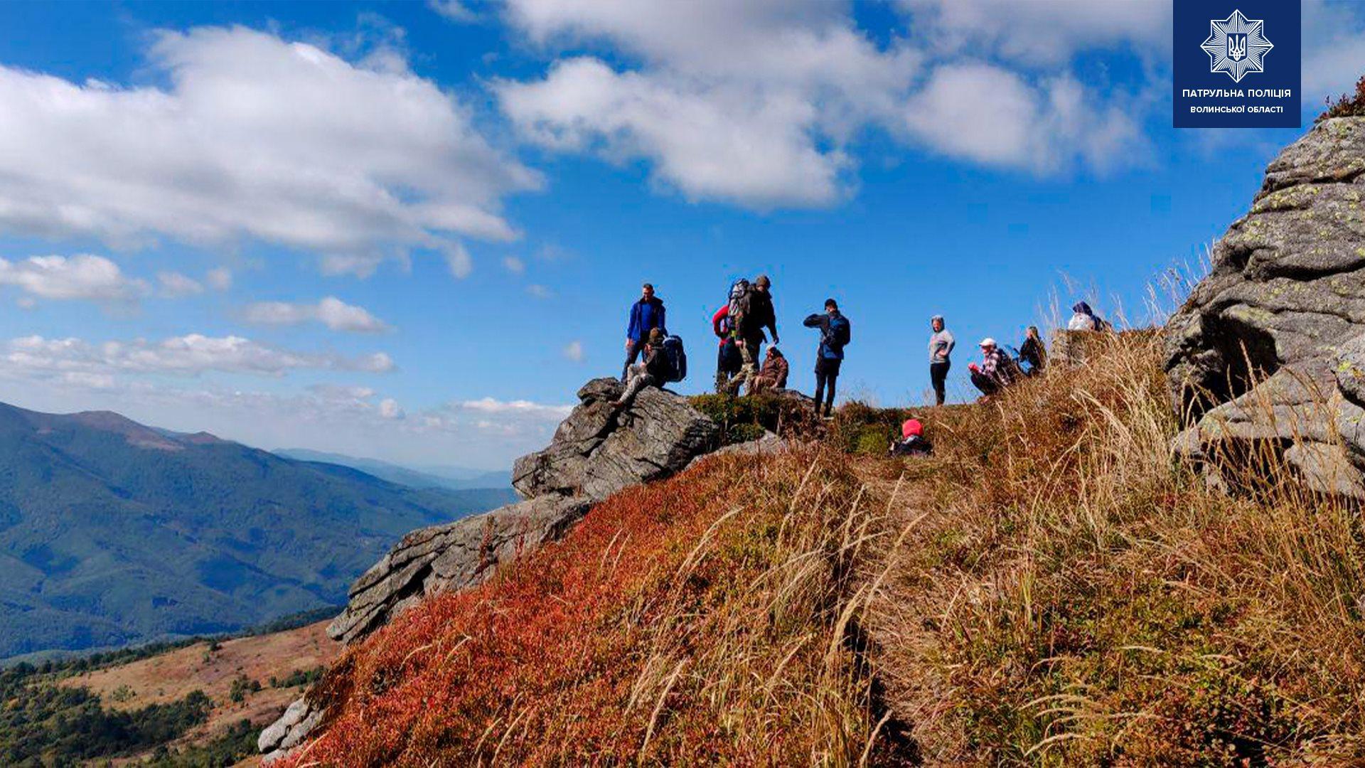 Патрульні Волині допомогли піднятися на гору чоловіку на інвалідному візку
