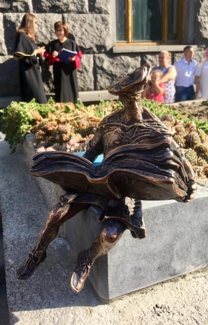 Біля волинського вишу встановили мініатюрну скульптуру