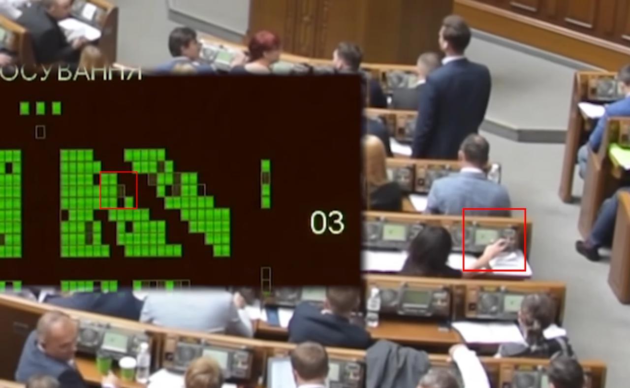 Народна депутатка від «Слуги народу» проголосувала замість іншого депутата. ВІДЕО
